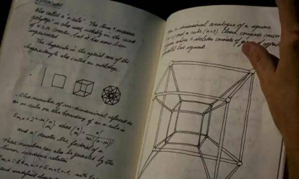 在電影《鐵甲奇俠2》 中有幕正看到Tony Stark正看他爸爸的研究資料簿