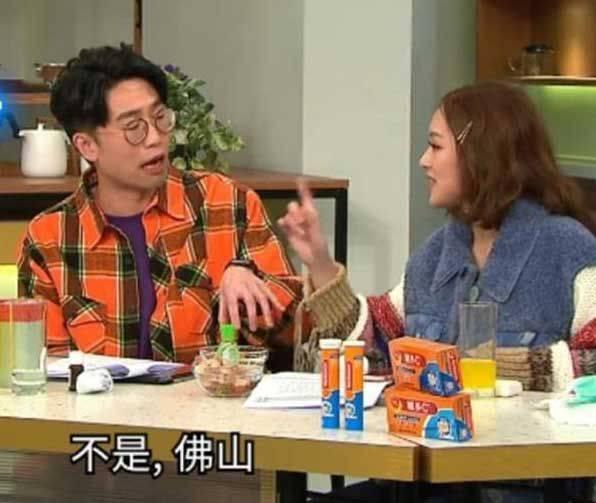 馮盈盈雖然即場指出了陸浩明的錯誤,但在事件鬧大後都有代拍檔向公眾道歉,無割蓆、都算唔話得。