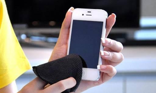 可以購買手機專用清潔液來消毒手機