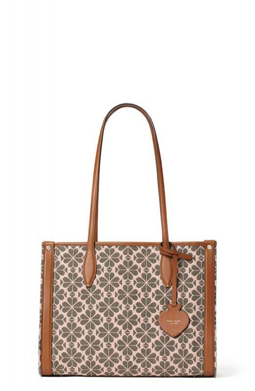 以黑桃花圖案併湊出的 Tote Bag 時尚而有格調。HK$ 2600(中) / HK$ 3000(大)