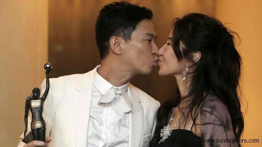 2009年,張家輝首度獲封金像獎影帝,與太太關詠荷公眾吻賀。