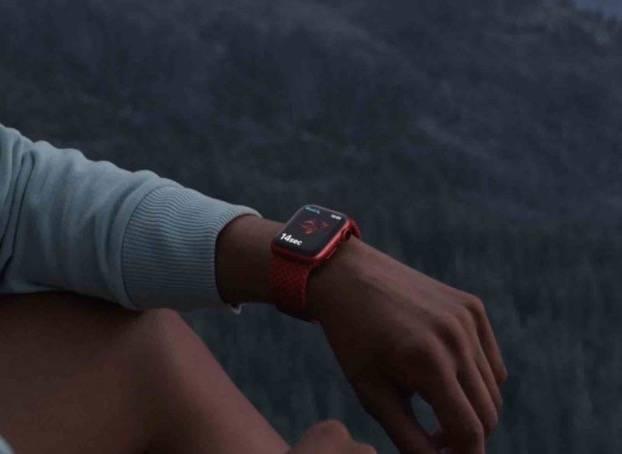 Apple Watch Series 4 或後續機型均有跌倒偵測功能