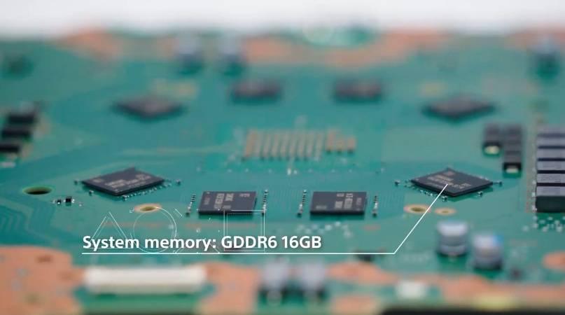 記憶體部份搭載8個 GDDR6 16GB ,最大達每秒448GB,且捨棄舊的HDD,採用內建825GB SSD,讀取速度高達每秒5.5GB原始資料,大大減低入GAME時間