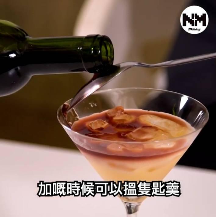 再加紅酒,加紅酒時可以用匙羹貼住杯邊倒
