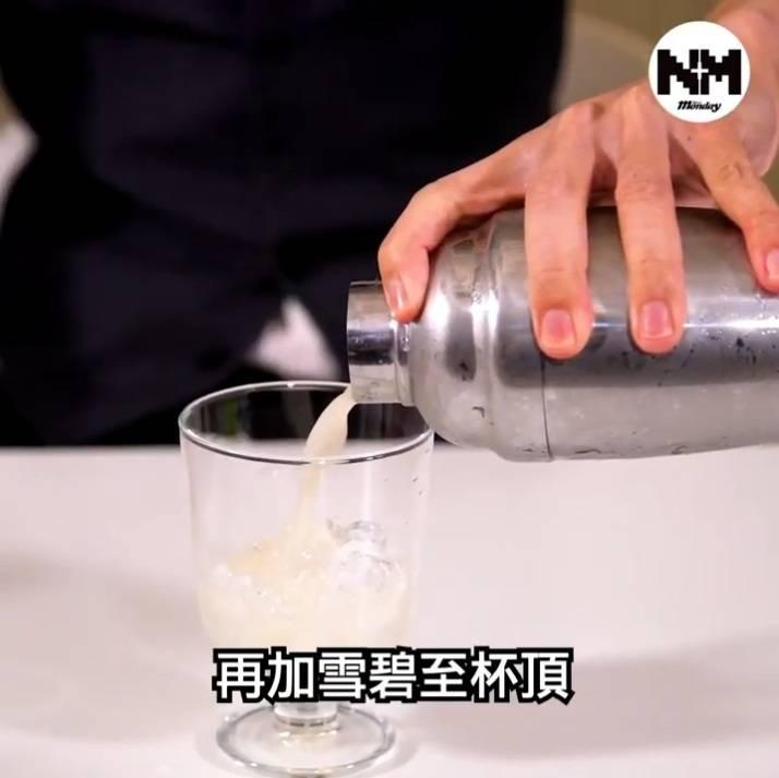 跟住就可以搖shaker,搖完後就倒入早已放了冰的杯中