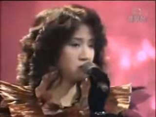 由於梅艷芳是屬於女低音,聲線與徐小鳳相似,再加上當年梅姐參加新秀時是唱《風的季節》,因而曾被冠「小徐小鳳」的稱號
