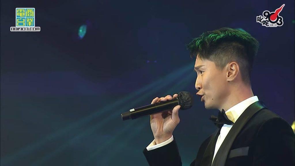 【叱咤樂壇2020】陳柏宇唱歌走音唱後即鞠躬道歉 網友:現場音響都唔得!