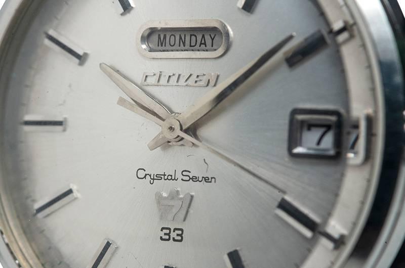 Crystal Seven錶盤上嘅「星期顯示窗」放喺「12時刻度」嘅下方、CITIZEN商標嘅上面;「6時」位置上面仲印有「Crystal Seven」商標,同標示腕錶包含嘅寶石數量。