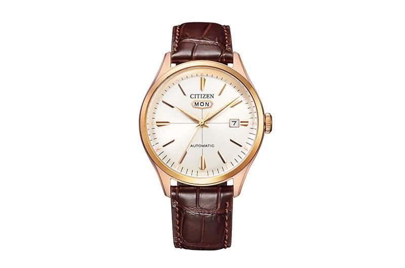 棕色小牛皮錶帶配亮眼嘅銀白色錶盤,復古味濃,襯同系西裝一流。Dress(高雅紳士)NH8393-05A $ 2,080