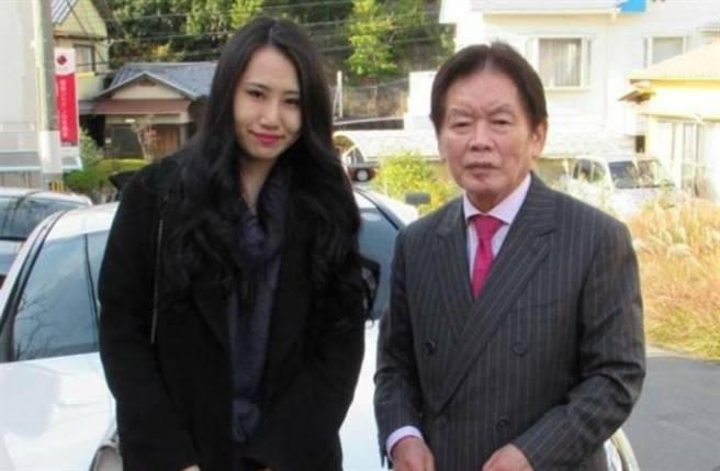 77歲富商野崎幸助娶22歲謎片女優 3個月後即暴斃 未亡人出席喪禮仲笑晒口!