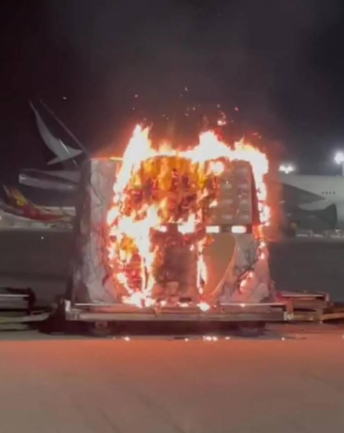 【手機起火】中國製真係會爆炸 網民擔心熄機照著火爆炸問題 今晨國產手機於停機坪起火