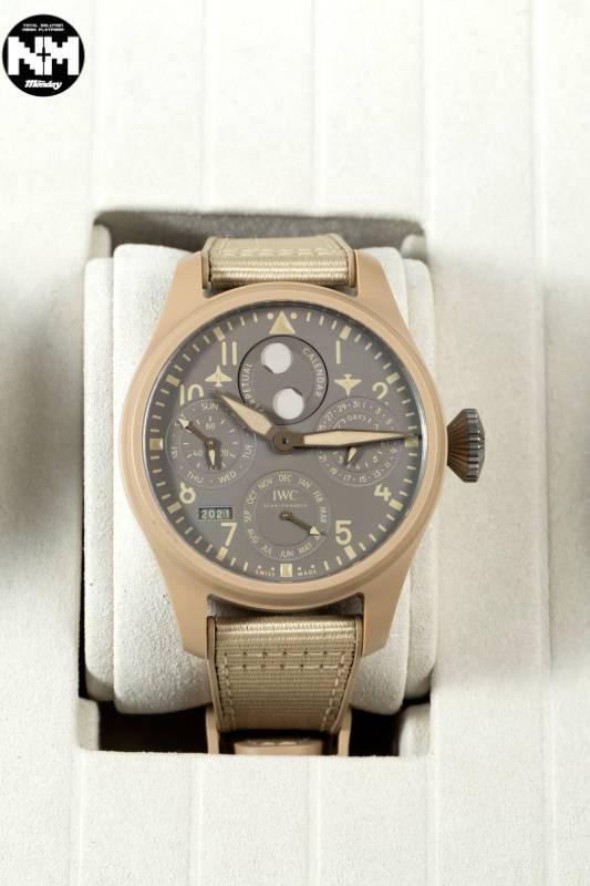 TOP GUN海軍空戰部隊萬年曆腕錶「莫哈韋沙漠」特別版(型號IW503004),配備四位數數字年份顯示日曆模組,並以IWC萬國錶52615型自製機芯提供動力。機芯,包括擺陀和平衡輪等關鍵零件可透過藍寶石玻璃底蓋一覽無遺,腕錶每年僅限量生產150枚。