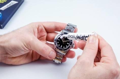 喺錶面裂痕塗上少量刮痕去除劑來回擦拭