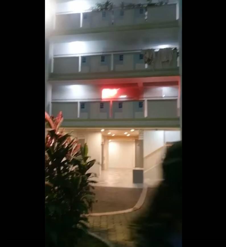 有目擊者拍到大廈的2樓電梯竄出熊熊火光,仲不時傳出爆炸聲響(圖片來源:FireSpecialistRescueCentreSingapore)
