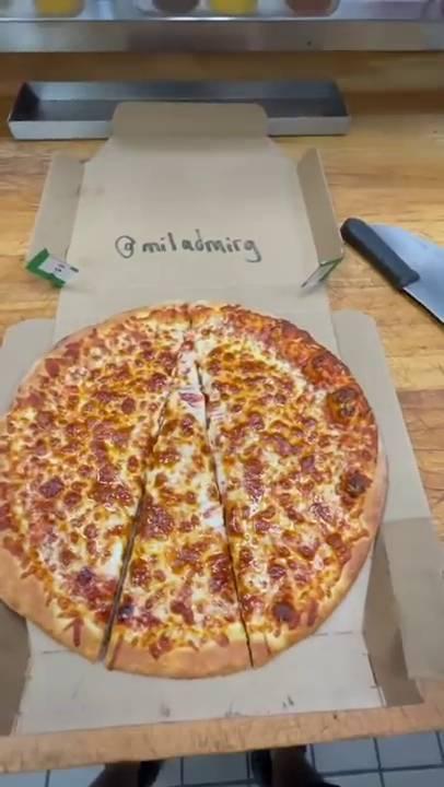 將近邊的Pizza切出一個大三角形狀(圖片來源:Lonely Pepperoni)
