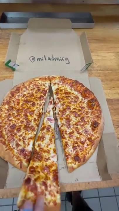 然後將切開的一大塊Pizza拿走。(圖片來源:Lonely Pepperoni)