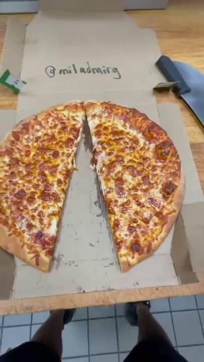 之後Pizza店員工就將剩下的兩半Pizza重新合併(圖片來源:Lonely Pepperoni)