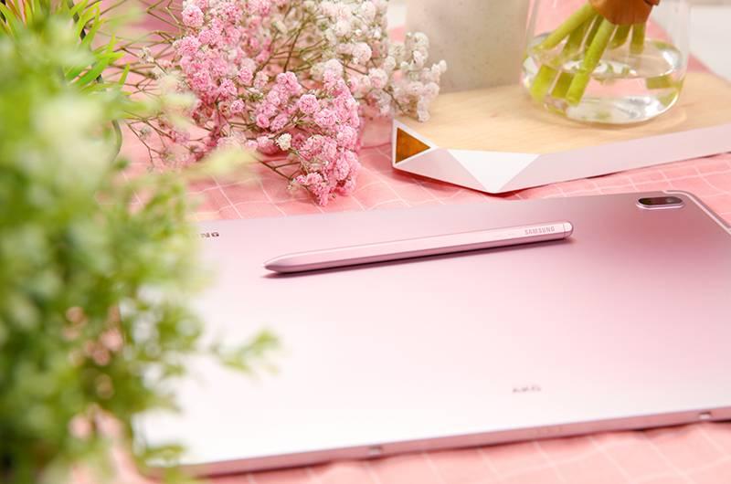隨機附送的S Pen像真度極高,觸感與真筆相近,備有4,096級壓力感應靈敏度、更低的延遲和纖細筆頭,握感舒適,能輕鬆流暢書寫,jot notes就更方便。