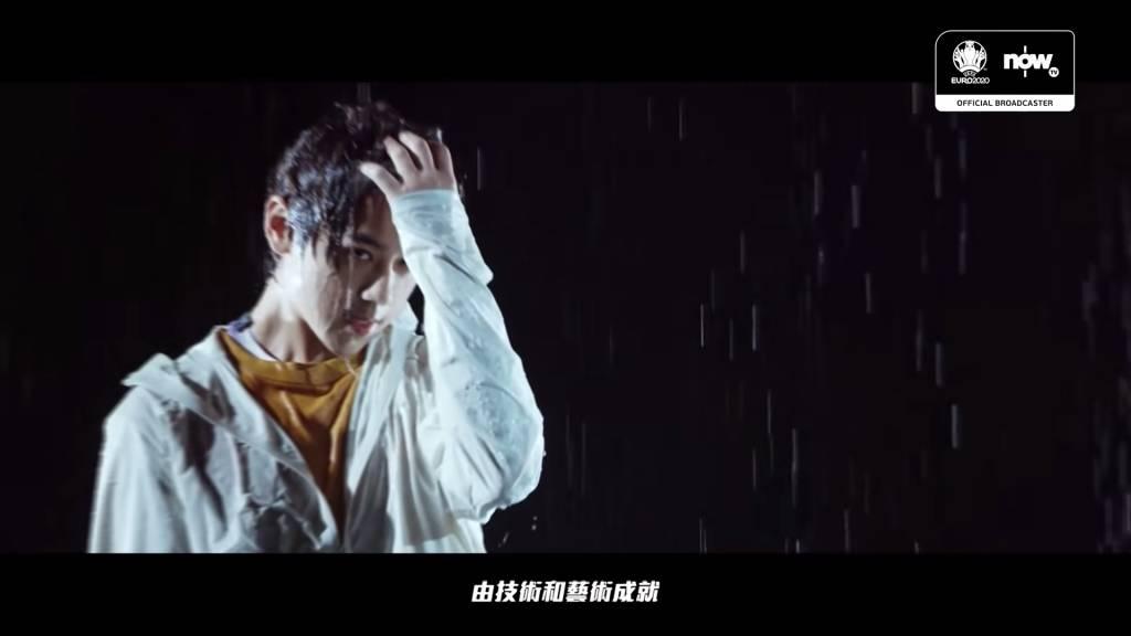 姜濤濕身,一定大把姜糖尖叫(圖片來源:MIRROR YouTube)