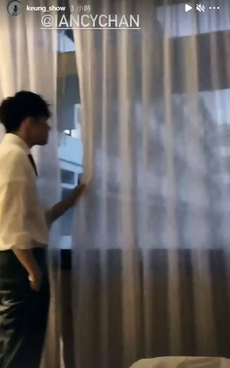 姜濤在床上「飲泣」時,Ian已起身準備走人。(圖片來源:姜濤IG)