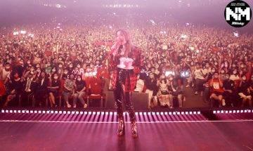 鄭秀文開迷你音樂會與3千歌迷預祝49歲生日 憶亡父鼓勵說話即感觸落淚