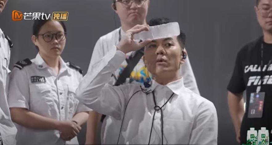 梁漢文在綵排時發生意外,額頭受傷。(圖片來源:《披荊斬棘的哥哥》截圖)