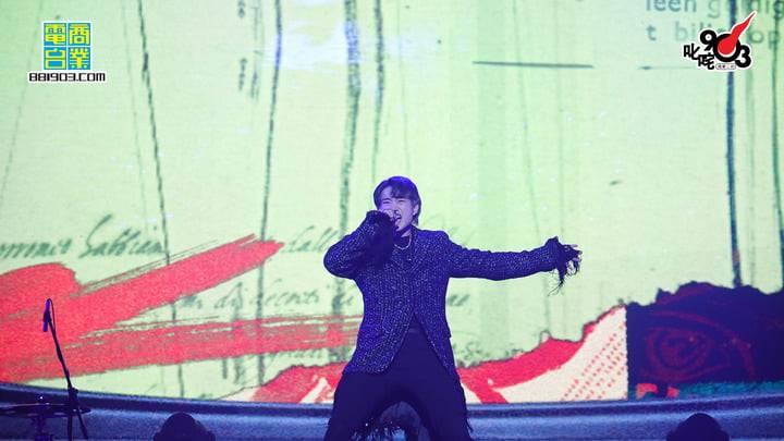 Jer投入唱《狂人日記》更唱到跪地,令fans尖叫不斷。(圖片來源:商台903 facebook)