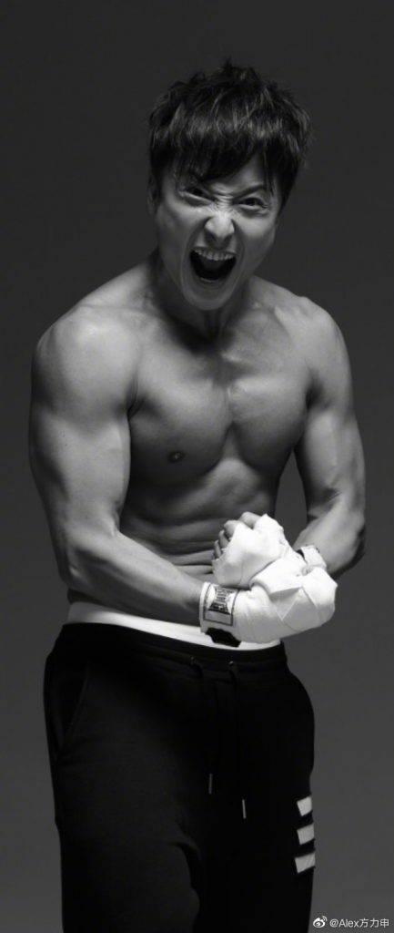 在戲中飾演一名游泳運動員,可說是駕輕就熟,又可以大晒肌肉。(圖片來源:方力申微博)
